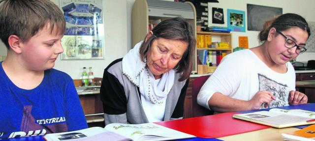 """Viktor (links) und Zuhal (rechts) unterrichtet Ursula Hess in Latein. """"Sie sind von der ersten Klasse an bei uns."""" Viktor (12) besucht das Kepler-Gymnasium, Zuhal (12) das Augustinus-Gymnasium."""