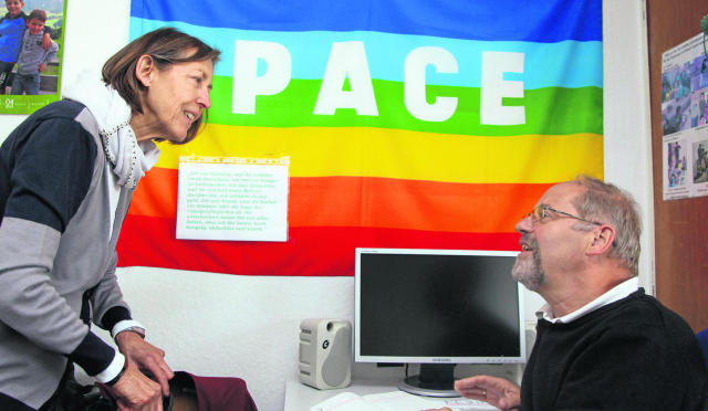 """""""Pace - Frieden"""": Die einzige Flagge, die Ursula Hess in den Räumen der Hausaufgabenbetreuung bei der zulässt. Bilder: Steinbacher"""