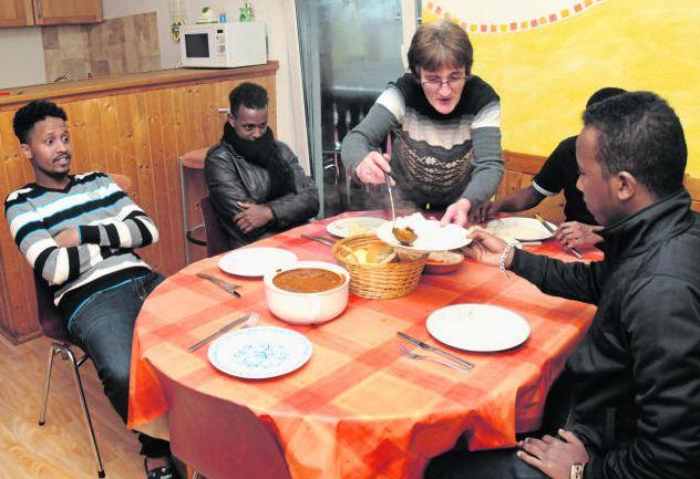 Petra Schaffarz ist für zehn afrikanische Asylbewerber Mädchen für alles. (Bild: Huber)