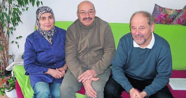 """Der Kontakt bleibt für immer erhalten: """"Marian und Mohamad gehören zu den allerersten Flüchtlingen, denen wir geholfen haben"""", sagt Jost Hest (rechts) bei seinem Besuch bei der ehemaligen Flüchtlingsfamilie"""